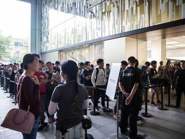 Khách hàng đứng xếp hàng mua iPhone tại trung tâm thương mại IAPM ở Thượng Hải, Trung Quốc.