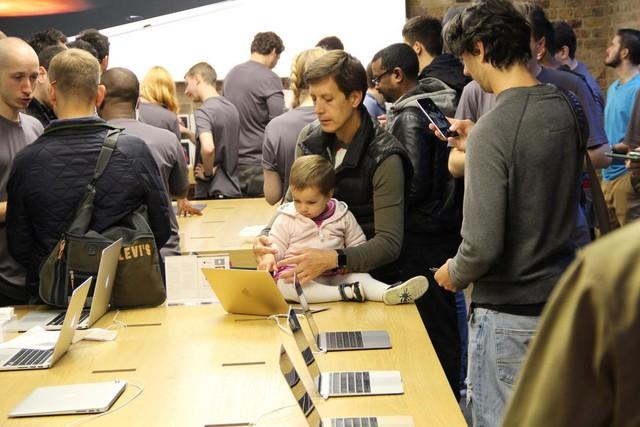 Một cậu nhóc cũng được bố đưa đi trải nghiệm các sản phẩm của Apple.