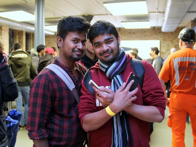 Sudhakar (trái) và Sam (bên phải) đã xếp hàng từ 6h tối hôm trước để mua iPhone mới.