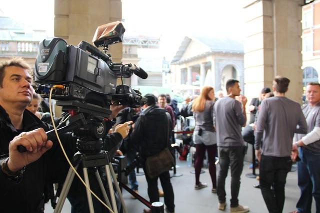 Phóng viên đến từ các cơ quan truyền thông lớn trên thế giới đã có mặt sớm tại Apple Store Luân Đôn để ghi nhận không khí mua sắm iPhone của người dùng.