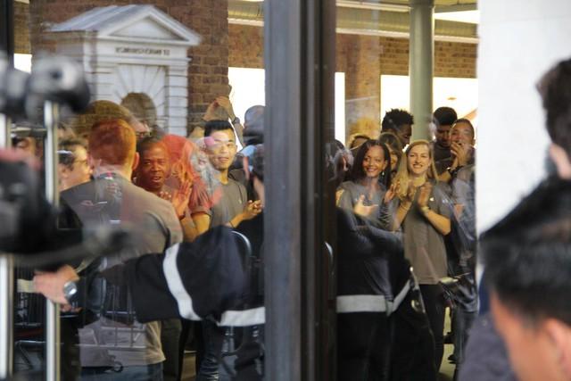 Giờ mở cửa đã điểm, các nhân viên vỗ tay Apple Store đón chào các khách hàng đầu tiên.