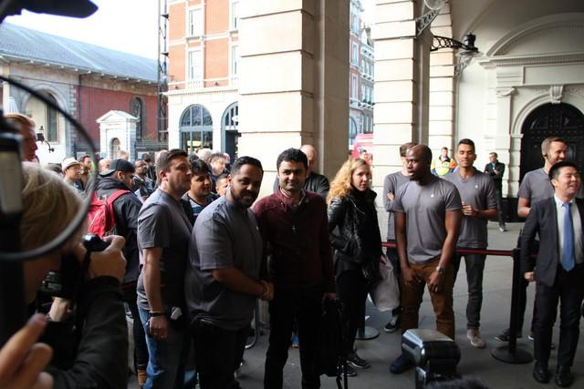 Người đầu tiên bước vào cửa hàng Apple Store tại Covent Garden ở Luân Đôn là Sam Shaikh, 29 tuổi đến từ Statford. Anh cũng là người đầu tiên trong dòng người xếp hàng chờ mua iPhone 6 hồi năm ngoái.