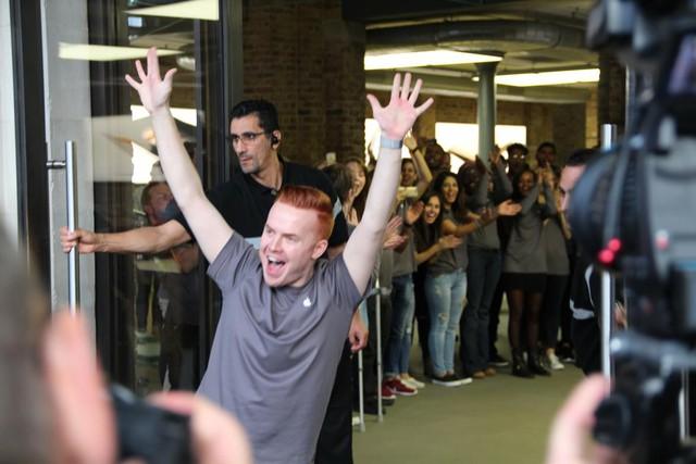 Anh chàng nhân viên bán hàng tỏ ra rất hào hứng đón chào tất cả mọi người vào mua iPhone mới.