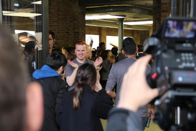 Dòng người mua hàng đi vào trong sự chào đón của đông đảo nhân viên Apple Store.