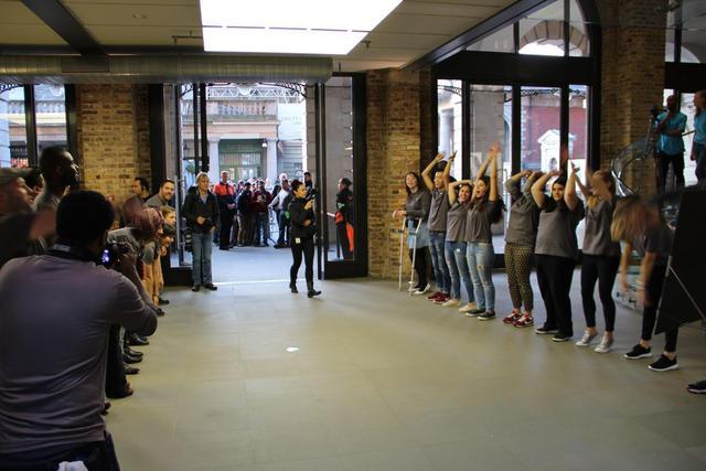 Các nhân viên Apple Store tại Anh luôn duy trì năng lượng và sự nhiệt tình chào đón tất cả mọi người tới tham quan mua hàng.