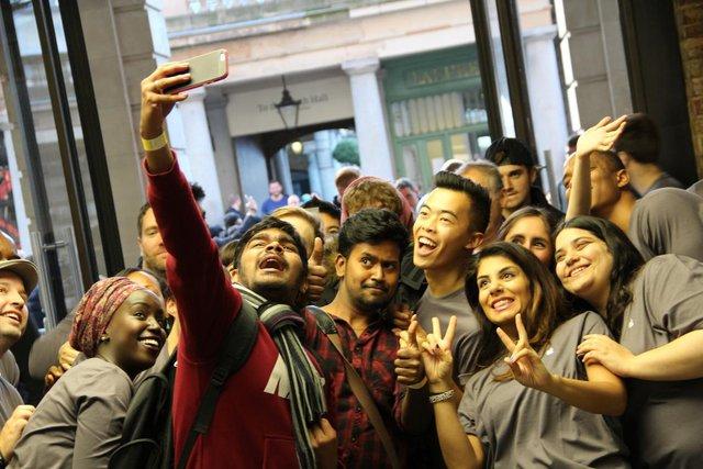 Các nhân viên Apple Store cũng rất thân thiện chụp ảnh selfie cùng với người mua hàng.