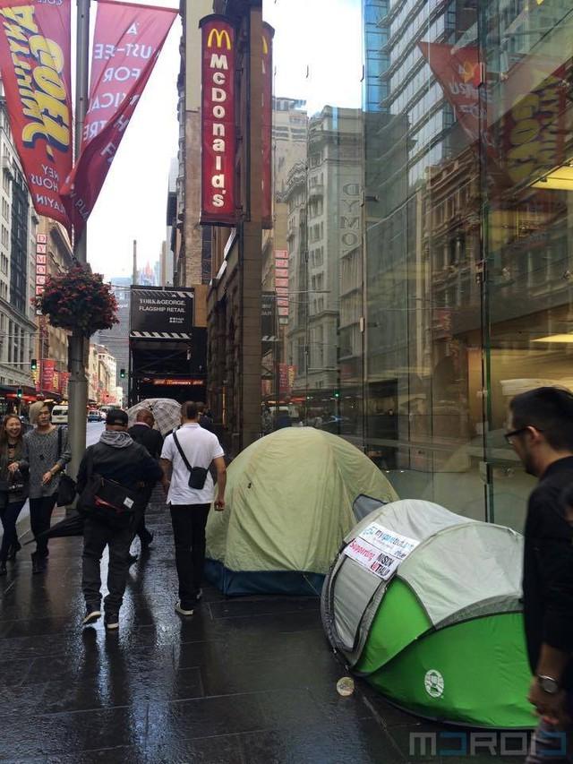 Rất nhiều lều bạt được dựng lên trước cửa Apple Store Sydney, Úc.