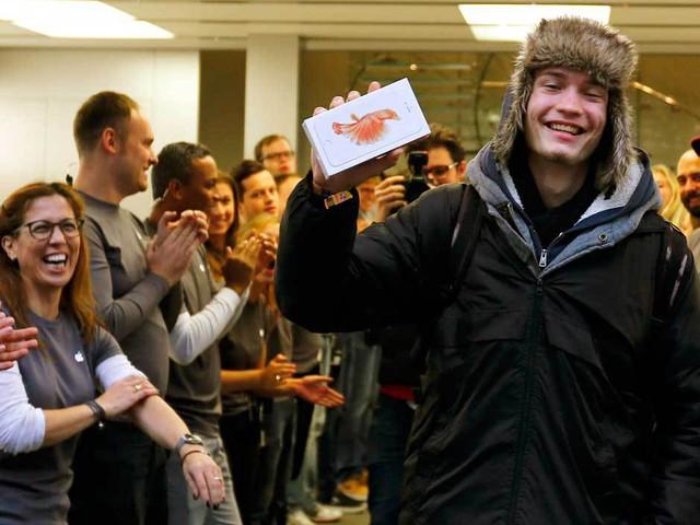 David Kiss, 19 tuổi đến từ Debrecen, Hungary là người đầu tiên sở hữu iPhone mới tại Apple Store ở Munich, Đức.