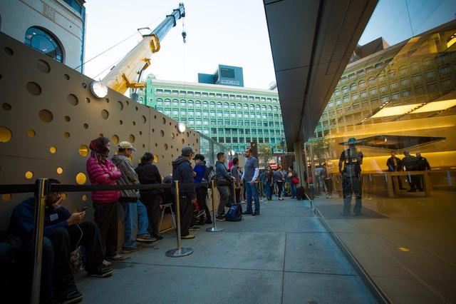 Dòng người xếp hàng chờ mua bộ đôi iPhone mới trước cửa hàng Apple Store tại Stockton Street, San Francisco, Mỹ.