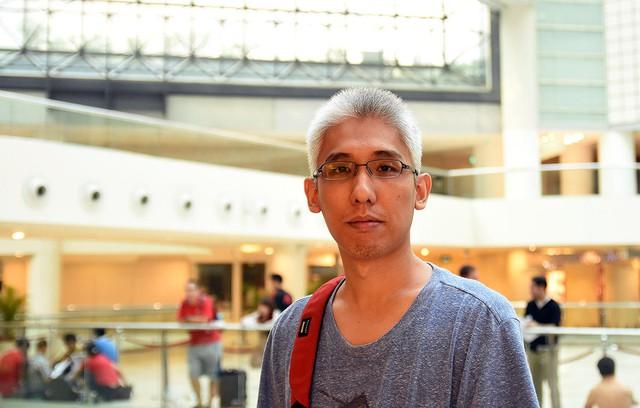 Mặc dù, Apple không mở Apple Store tại Singapore nhưng đại lý bán lẻ cao cấp của Apple ở đây cũng thu hút khá đông người yêu thích các sản phẩm của Apple. Trong ảnh là Steve Pee, giám đốc IT 36 tuổi đã nghỉ một ngày làm để xếp hàng lúc 6 giờ sáng để chờ mua iPhone 6s bản hồng vàng.