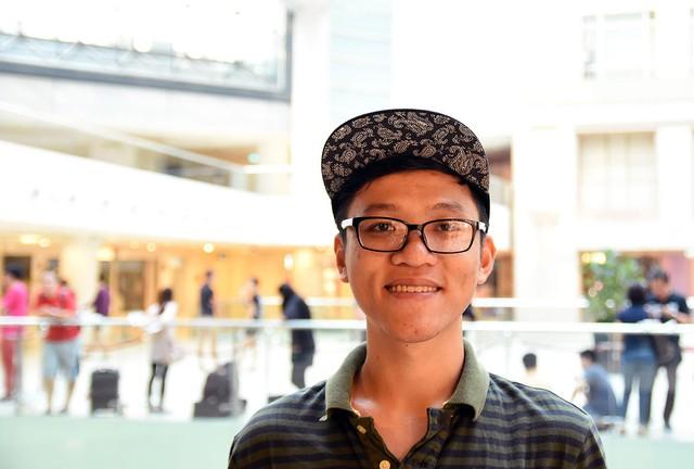 Nguyễn Duy Hiền, một cậu sinh viên 26 tuổi đã bay từ Việt Nam sang Singapore để mua iPhone mới. Anh cũng đợi từ lúc nửa đêm tới sáng hôm sau để mua được chiếc iPhone mới.