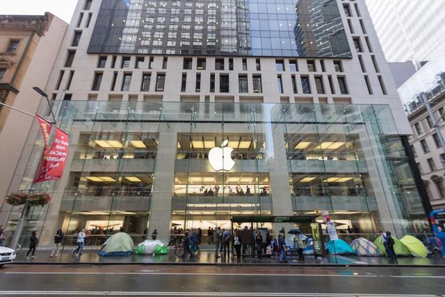 Mặc dù trời mưa gió nhưng không làm nhụt đi quyết tâm sở hữu những chiếc iPhone mới của nhiều người tại Apple Store nước Úc. Đây là Apple Store đầu tiên trên thế giới mở bán iPhone mới.