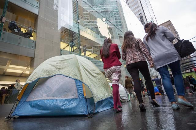 Rất nhiều lều trại đã được dựng lên ngay trước cửa Apple Store tại Sydney, Úc.