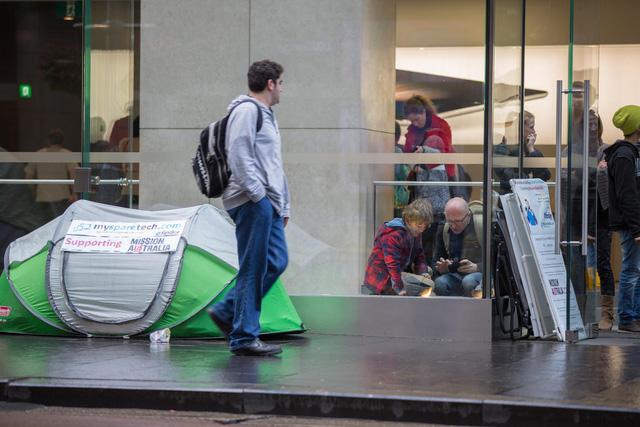 Dòng người xếp hàng dài nhất tại Sydney, Úc có một người tên Lindsay Handmer. Anh đã ngủ trong chiếc lều tạm bợ trong hình khoảng 17 ngày và đang có ý định quyên góp tiền cho tổ chức từ thiện dành cho người vô gia cư.