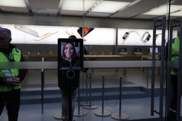 Một vị khách có tên Lucy Kelly đã gửi một con robot tới đây để đặt gạch cho cô. Con robot được lắp một chiếc iPad ở phía trên hiển thị gương mặt của Lucy và được kết nối Internet để điều khiển từ xa.