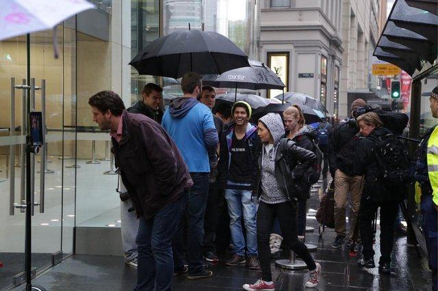 Lượng người đông đảo xếp hàng chờ trước cửa Apple Store tại Úc.