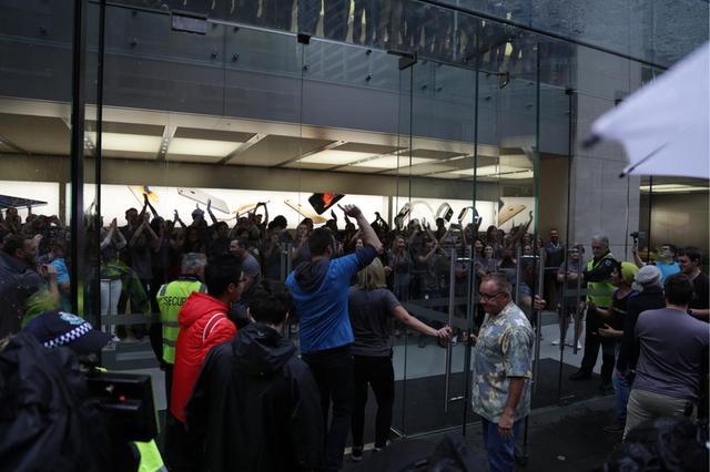 Apple Store tại Sydney, Úc chính thức mở cửa trước sự reo hò của rất đông nhân viên Apple.