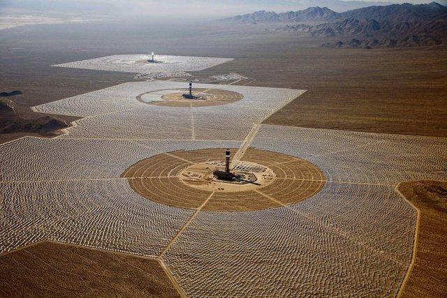 Quang cảnh nhà máy điện mặt trời lớn nhất thế giới.