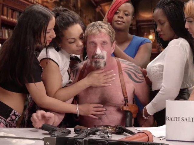 Hình ảnh trong video của John McAfee.