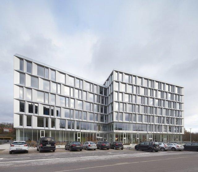 Văn phòng mới của Microsoft nằm ngay cạnh trường Đại học Kỹ thuật Đan Mạch. Nó có các phòng học riêng mở cửa cho tất cả các sinh viên.