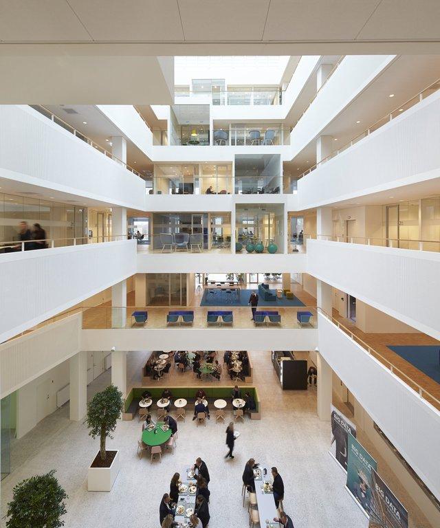 Giám đốc thiết kế Louis Becker cho biết kế hoạch của Microsoft là sử dụng các không gian chung như một nơi mà các nhân viên có thể gặp gỡ, theo đúng ý tưởng của Gates vào năm 2005.