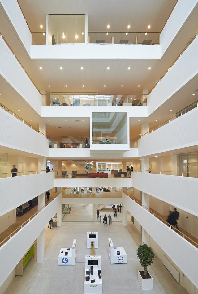 Becker cho biết tầng trệt được thiết kế một cách thân thiện như muốn nói rằng đây là không gian cho nhân viên và công chúng nói chung. Khu sảnh tràn ngập ánh sáng như một tín hiệu gửi tới mọi người rằng đây là trung tâm của tòa nhà.
