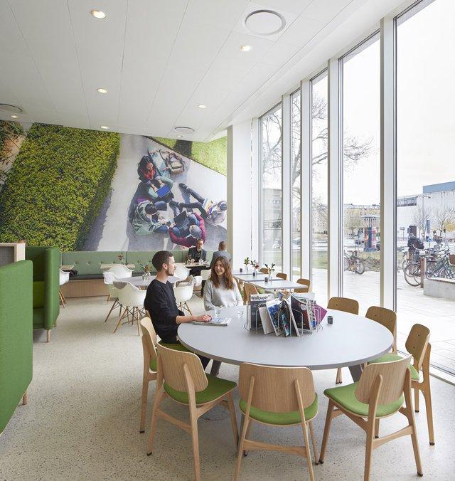 Ngoài ra còn có các quán cafe cho nhân viên và khách.
