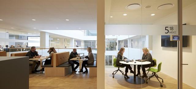 Trên các tầng cao hơn, các phòng họp và các không gian làm việc mô phỏng đúng theo ý tưởng không gian làm việc chian sẻ mà Gates đưa ra 10 năm trước.