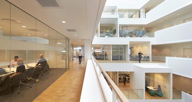 Henning + Larsen, công ty thiết kế văn phòng này, cũng muốn tạo ra những đối thoại trực quan giữa các phòng với nhau. Khi mọi người có thể nhìn thấy người khác làm việc, tự nhiên họ sẽ có những suy nghĩ hợp tác.