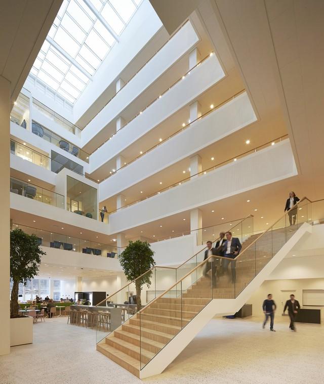 Nhờ thiết kế khéo léo của Becker, không gian văn phòng này không chỉ đáp ứng tốt kỳ vọng đoàn kết nhân viên của Gates mà còn tối đa hóa việc sử dụng ánh sáng.
