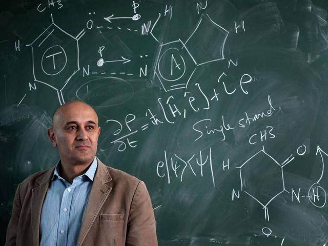 Giáo sư Jim Al-Khalili.