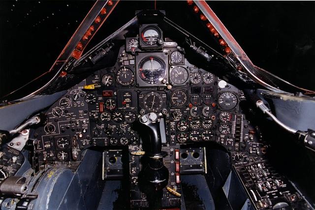 Hoàn toàn không có chút công nghệ thông minh nào ở chiếc máy bay này do máy vi tính thời đó chưa tham gia vào thiết kế