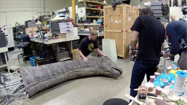 Khủng long Apatosaurus hoàn thiện trên phim trường.