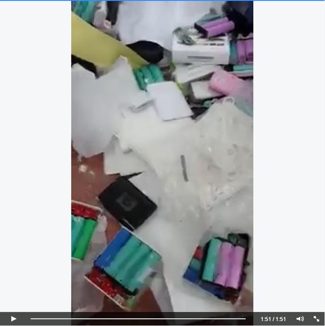 Một ảnh cắt từ clip cho thấy việc trộn các cell pin khác nhau trong cùng một bộ pin dự phòng.