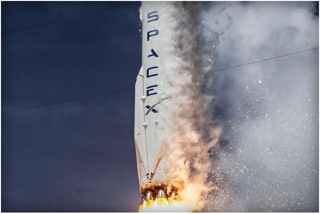 Falcon 9 bốc cháy vì lý do kỹ thuật khi vừa cất cánh.
