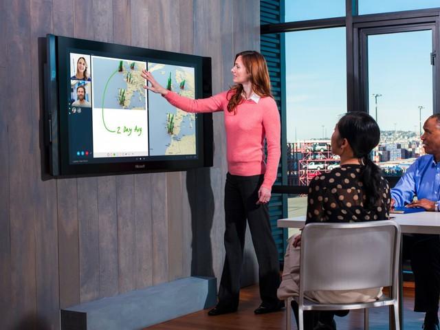 Cho đến nay, chưa từng có ai nhìn thấy sản phẩm Surface Hub ở ngoài đời thật, ngoài trừ 3 người trong bức ảnh.