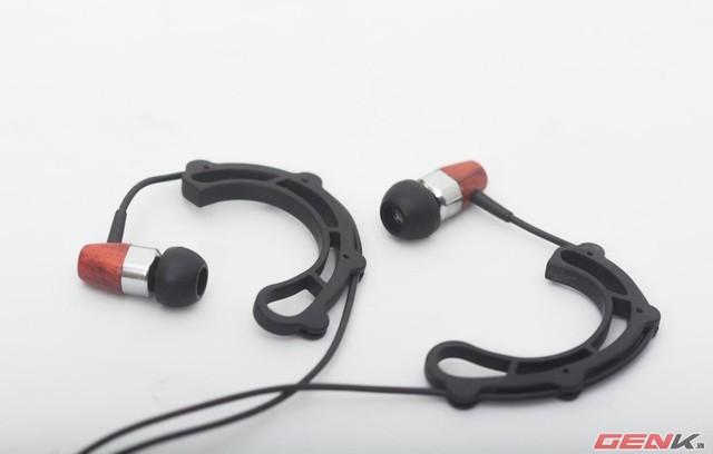 Móc tai nghe ngược qua tai để tăng độ thoải mái hoặc cố định tai nghe khi hoạt động thể dục