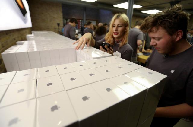 Nhân viên Apple Store tại Sydney, Úc đang kiểm kê lại lượng hàng iPhone mới.