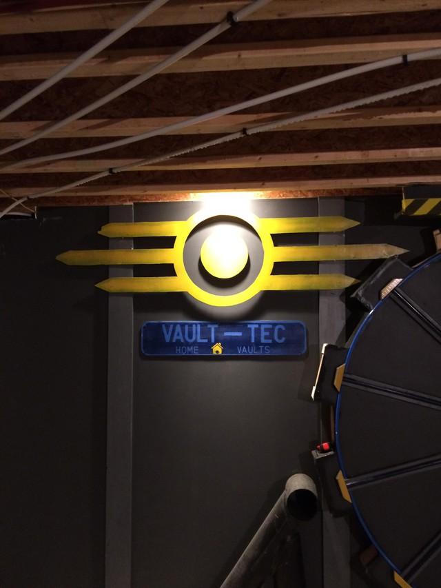 Hill không quên trang trí thêm biểu tượng của tập đoàn Vault Tec trong Fallout.