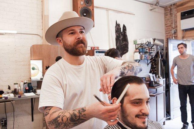 Garrett Pike đang cắt tóc cho Nicholas Rozza tại cửa hàng Persons of Interest, Brooklyn