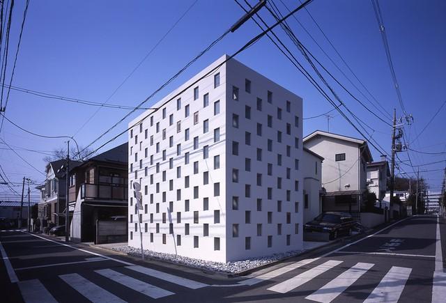 Tọa lạc trên khu đất rộng khoảng hơn 10m2, căn nhà Cell Brick có chiều rộng không hơn vạch sang đường dành cho người đi bộ trên con đường kế bên. Ngôi nhà là sự kết hợp của các hộp thép xếp chồng lên nhau và được kết dính với nhau ở mặt ngoài, tạo ra không gian nội thất cầu kì, tiện nghi.