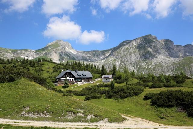Hồ Green Lake được bao bọc bởi ngôi làng Tragöß và dãy núi Hochschwab với những cánh rừng quanh năm tươi tốt.
