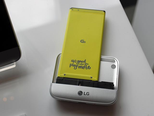 Module LG Cam plus cũng đi kèm pin rời có dung lượng 1.200 mAh, giúp tăng dung pin trên G5 lên 4.000 mAh.
