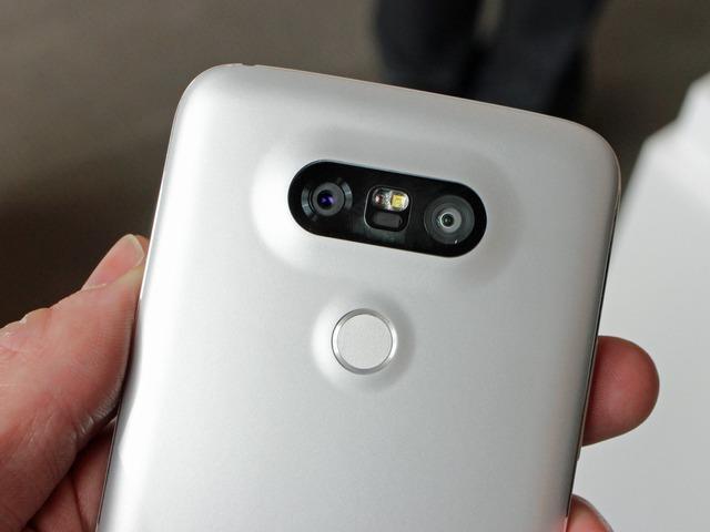 Camera kép hơi lồi ở mặt sau, độ phân giải lần lượt là 8 MP và 16 MP, góc rộng lên tới 135 độ.