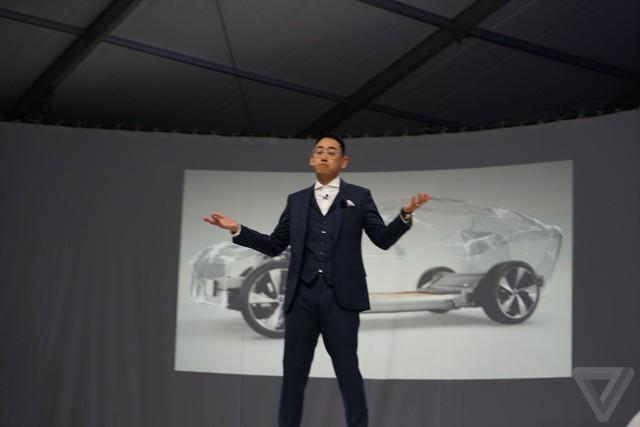 Hình đằng sau kia mới giống một chiếc xe điện mà Faraday Future có ý định sản xuất thương mại.