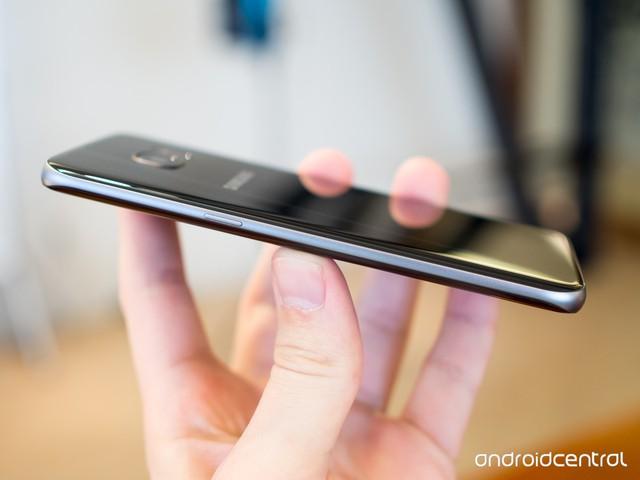 Cạnh phải Galaxy S7 edge vẫn là nút nguồn.