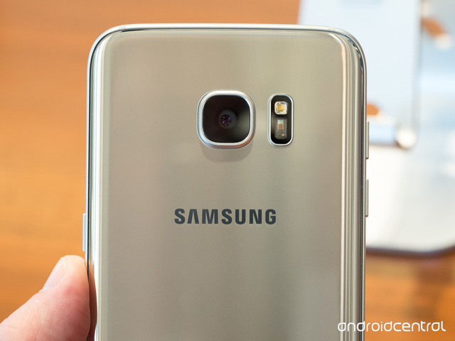 Nếu nhìn trực diện như vậy, thật khó để nhận ra đây là Galaxy S7 hay Galaxy S6.