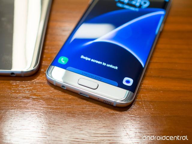 Galaxy S7 edge vẫn sở hữu màn hình cong về 2 bên thân máy, nhưng là cong nhiều hơn.