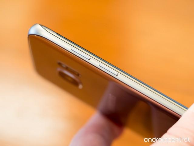 Viền kim loại trên Galaxy S7 edge mỏng hơn Galaxy S7.