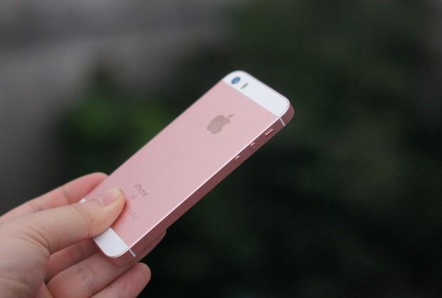 So với các mẫu iPhone đời mới ở Việt Nam, iPhone SE có mức chênh thấp nhất so với thị trường quốc tế. Ảnh: Thành Duy.